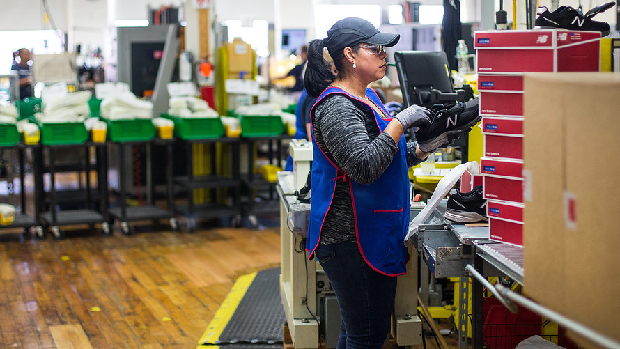 Pekerka di Pabrik Sepatu New Balance. Indikator menunjukkan ekonomi AS makin solid. (Lukman Hqeem/Ist.)