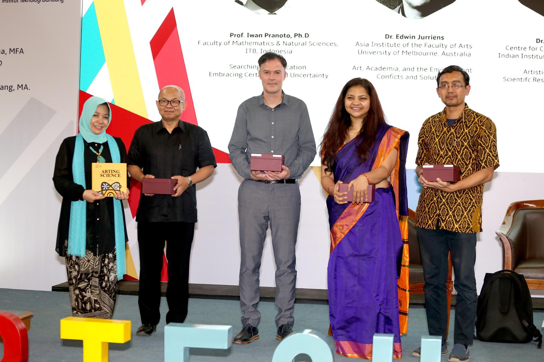 Ketua Panitia bersama Para Pembicara Utama IC ARTES dari Australia, India dan Indonesia (Foto Istimewa dok Panitia 1st IC ARTESH 2018)