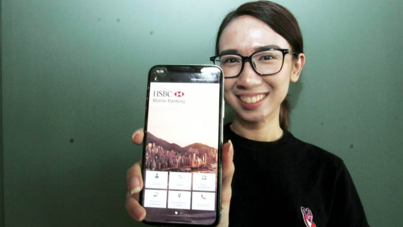 VP Communications HSBC Indonesia Alina S. Pranoto, menunjukkan aplikasi internet bangking pada Rabu (10/07/2019) di Jakarta. (Foto Istimewa)