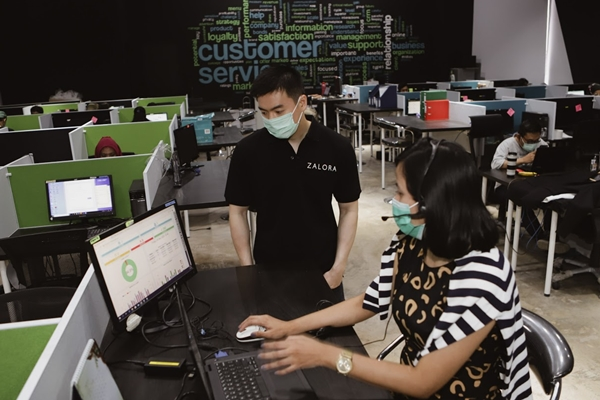 CEO ZALORA Indonesia, Anthony Fung, memeriksa tim customer service untuk persiapan ZALORA 12.12 HARBOLNAS