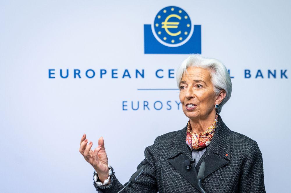 Presiden ECB, Christine Lagarde tanda tangani uang EURO yang baru