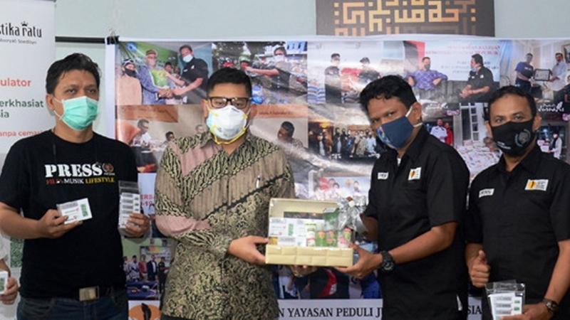Muistika Ratu memberikan jamu suplemen Herbamuno+ kepada jurnalis lewat Yayasan Peduli Jurnalis Indonesia