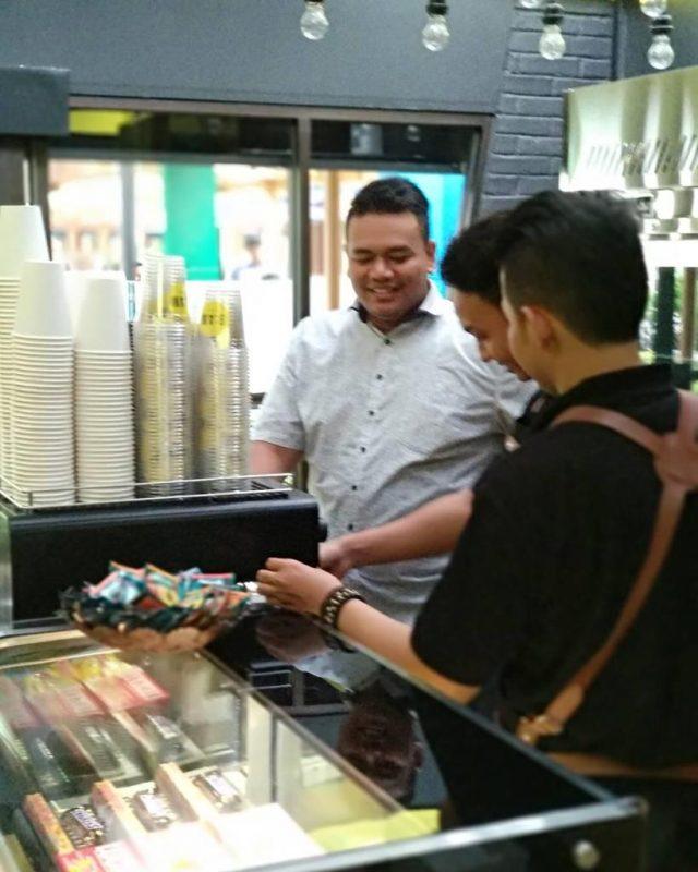 Di Balik Meja Seduh, Perjalanan Karier Coffe Master Kurniyawan Syah 1