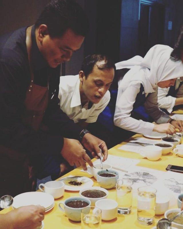 Di Balik Meja Seduh, Perjalanan Karier Coffe Master Kurniyawan Syah 2